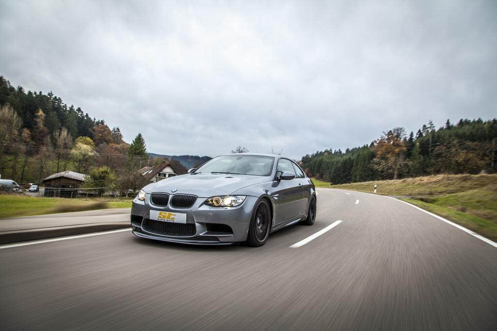 Das populäre ST XTA Gewindefahrwerk mit Unibal-Stützlager und einstellbaren Dämpfern ist auch für den BMW M3 E92 erhältlich.