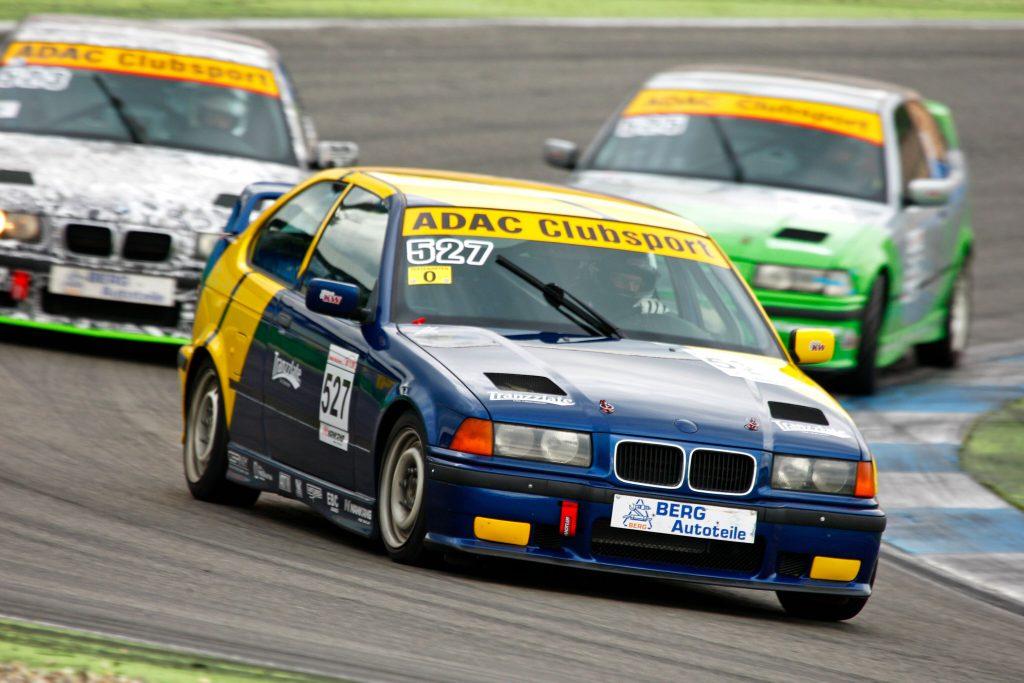 Das Feld des BMW 318ti Cups nutzt KW Competition Rennsportfahrwerke