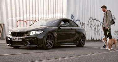 BMW M2 mit dicken Schlappen und KW V3
