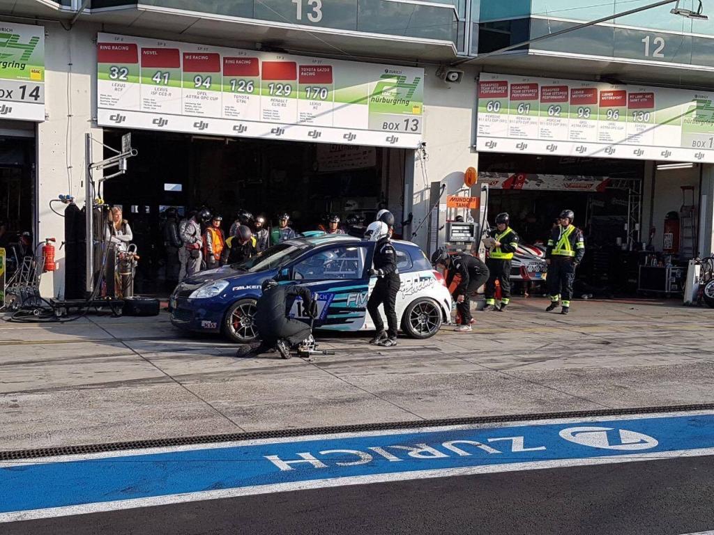 Auch der Renault Clio RS des Privatteams Overbeck fährt auf einem KW Competition Fahrwerk.