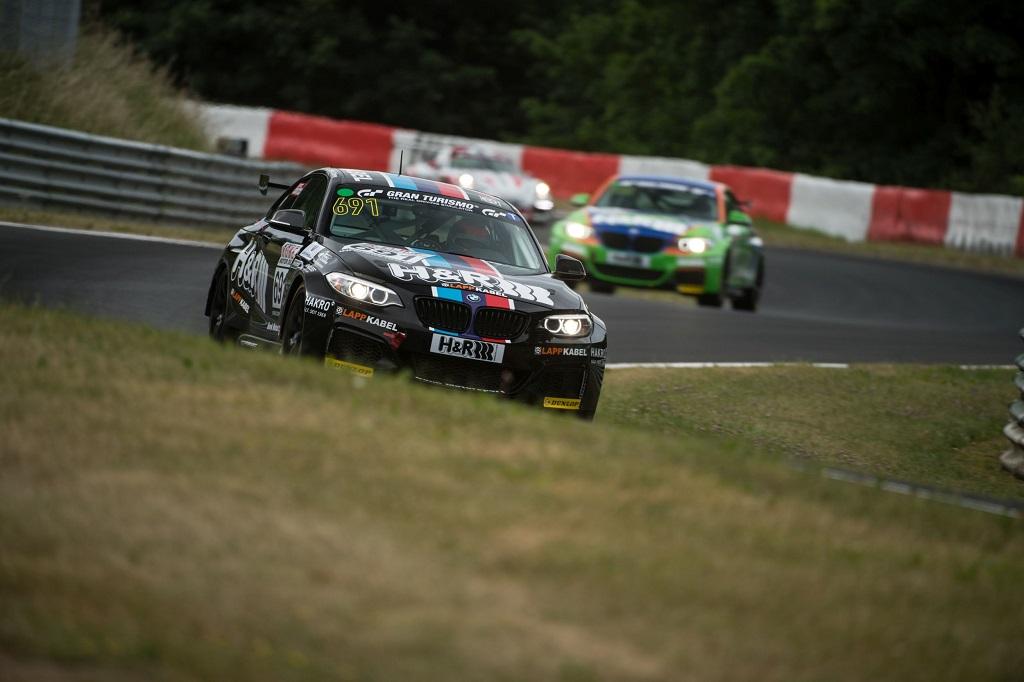 Auch im BMW M235i Racing Programm sind die Rennwagen ab Werk mit KW Competition Dämpfern ausgerüstet.