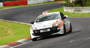 VLN: Erster Klassensieg der Rent2Drive-Familia-Racing-Fahrer Christian Menzel und Dmitriy Lukovnikov