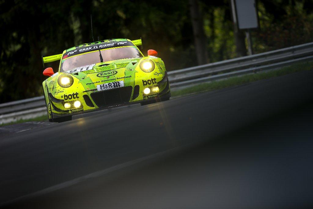 Die französischen Porsche-Werksfahrer Romain Dumas und Patrick Pilet verpassten mit ihrem Porsche 911 GT3 R als Gesamt-Vierte das Podium am Samstag nur knapp.